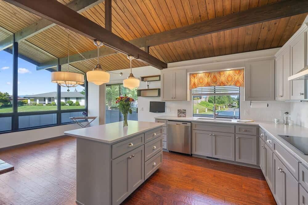 Amerikai konyhás nappali berendezése U-alakú konyhával