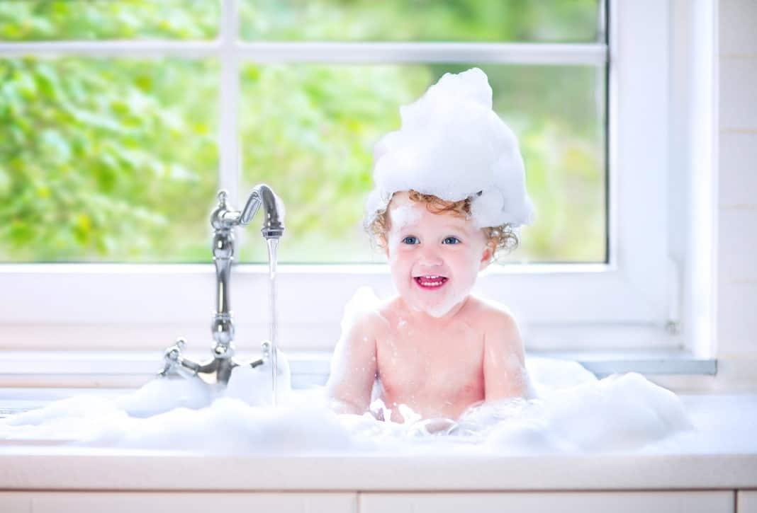 Így szerettesd meg a gyermekeddel a hajmosást