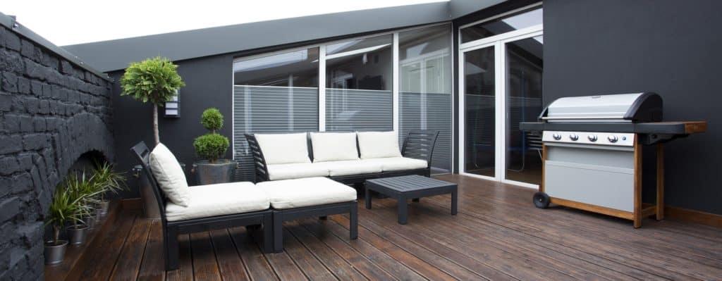 modern megjelenésű fa kerti bútor garnitúra