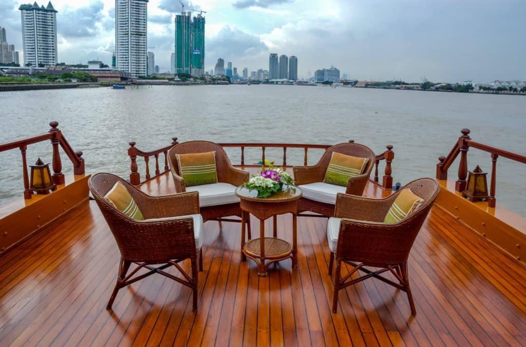 Rattan kerti bútor egy folyami hajón
