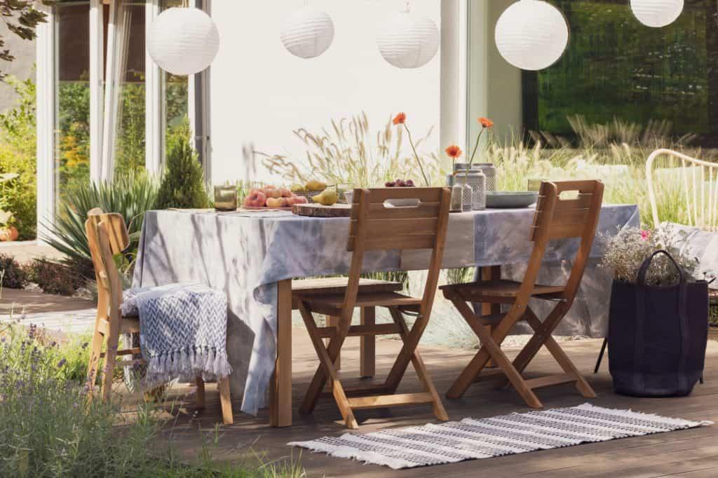 Fa kerti bútor asztallal és székekkel