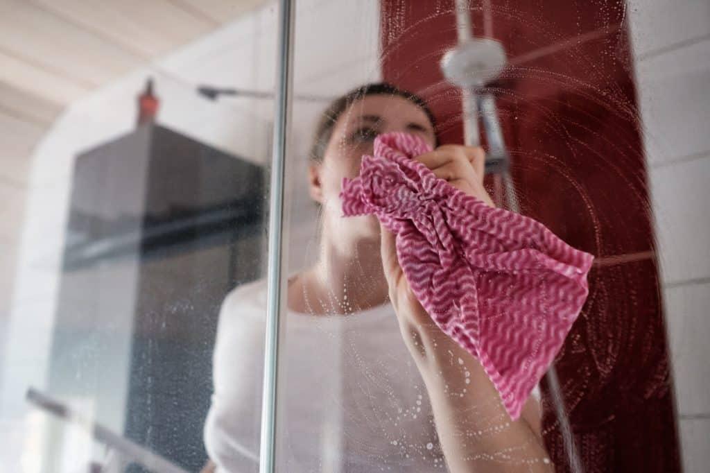 zuhanykabin tisztítása